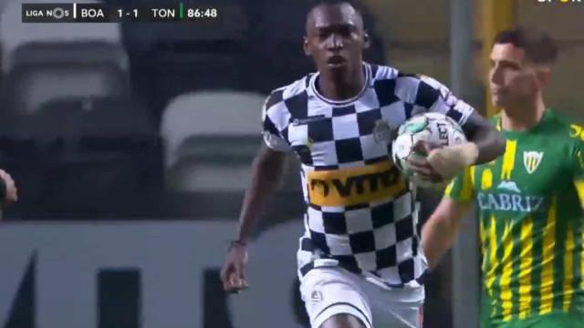 Elis está de pé quente e 'salvou' empate para o Boavista com este golo