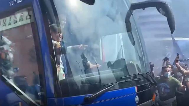 Adeptos do Inter vão à loucura na chegada do autocarro ao estádio