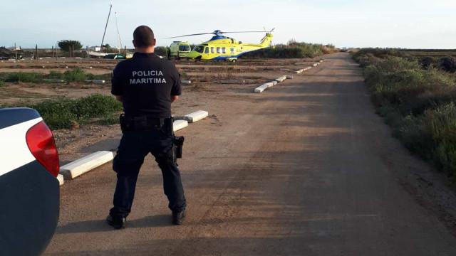Jovem inconsciente retirada da água por amiga na Ilha de Tavira