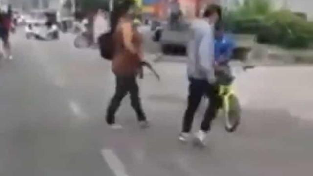 Mãe preocupada usa cinto para retirar filho de manifestação na Colômbia