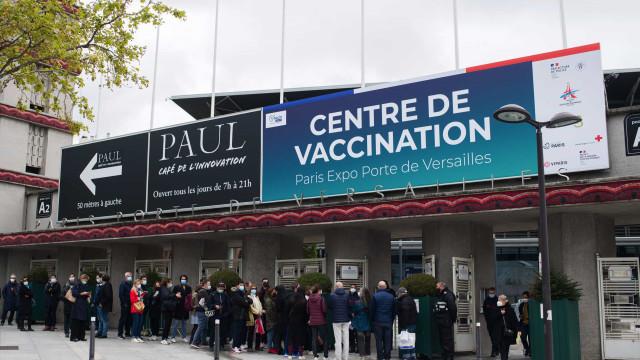AO MINUTO: França já vai vacinar maiores de 50; Bolsonaro reúne motards