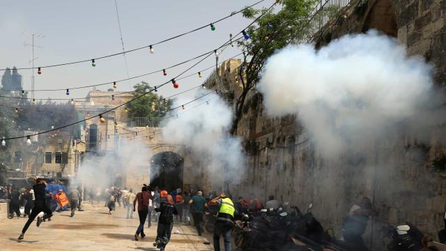 Centenas de feridos em confrontos em Jerusalém, 50 foram hospitalizados