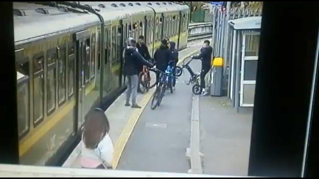 """""""Podia estar morta"""". Grupo faz com que mulher caia nos carris em Dublin"""