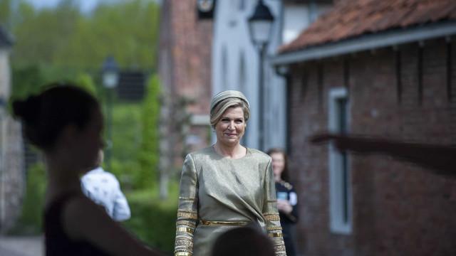 Rainha Maxima da Holanda espalha elegância em evento escolar