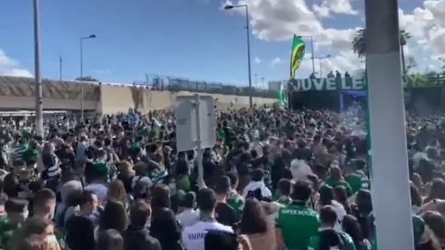 Alvalade 'de arrepiar'. Milhares de pessoas fazem a festa fora do estádio