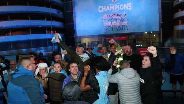 Adeptos do Man. City festejam título junto ao estádio Etihad
