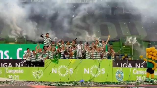 O momento em que o Sporting levanta a taça de campeão nacional