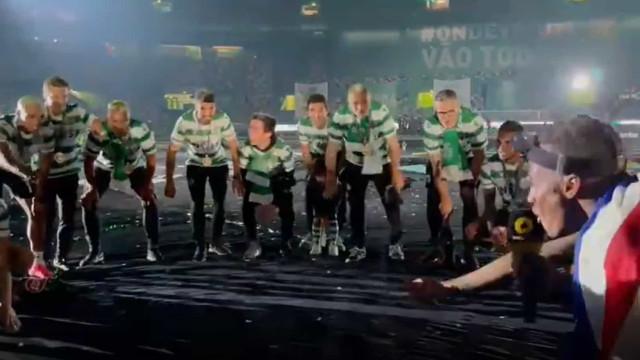 A festa dos jogadores do Sporting no relvado de Alvalade