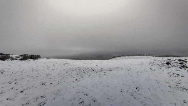 Serra da Estrela coberta de neve a cerca de um mês do verão