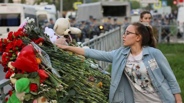 Homenagem às vítimas do tiroteio em escola que deixou a Rússia em choque