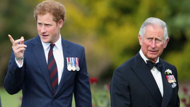 """""""Dor e sofrimento"""". Harry faz duras críticas ao pai, o príncipe Carlos"""