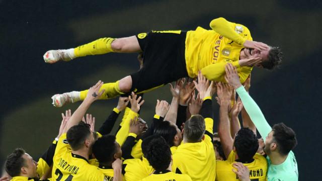 Jogador do Dortmund lavado em lágrimas após conquista da Taça