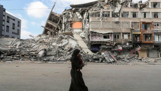 Bombardeamentos em Gaza obrigam famílias a fugir em busca de um abrigo