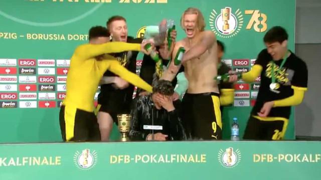 Jogadores do Dortmund invadiram conferência e deram um 'banho' a Terzic