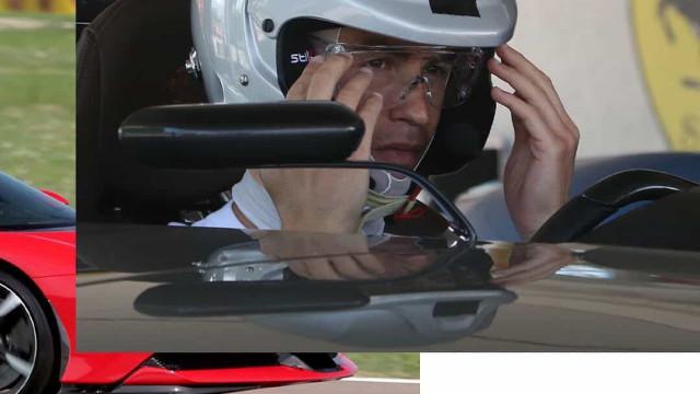 Cristiano Ronaldo foi à fábrica da Ferrari e até esteve em pista
