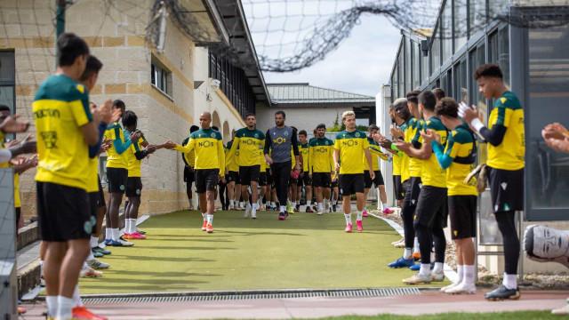 Plantel principal do Sporting teve direito a guarda de honra no treino