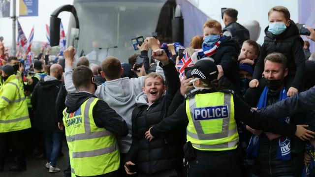 Adeptos do Rangers em total euforia antes do último jogo da época