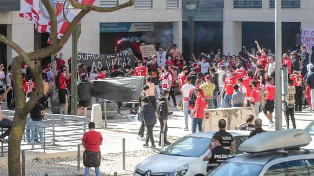 Protesto contra Vieira na Luz antes do dérbi entre Benfica e Sporting