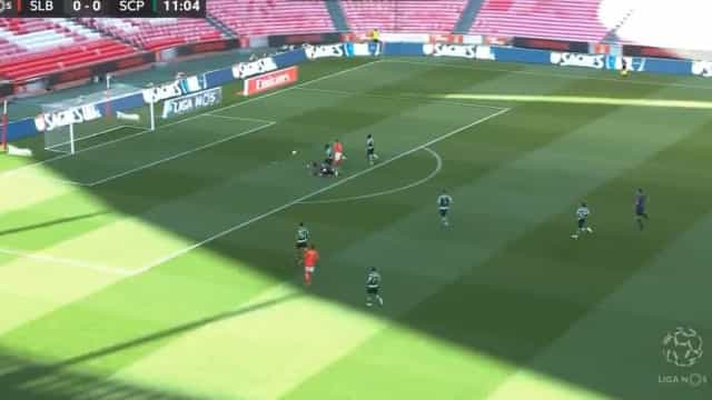 Seferovic picou a bola sobre Adán e abriu as 'hostilidades' na Luz