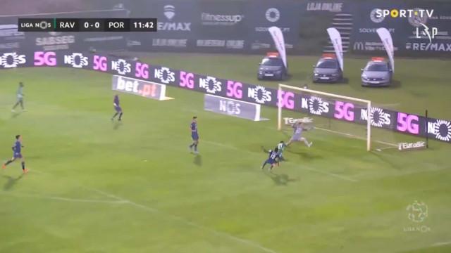 Carlos Mané caiu na grande área do FC Porto e pediu penálti neste lance