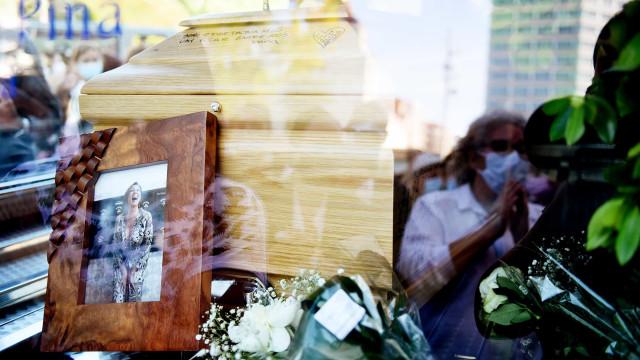 As imagens do forte aplauso a Maria João Abreu com muita emoção