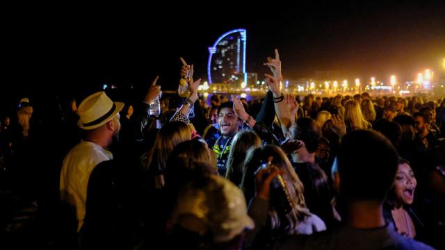 Polícia dissipa milhares a festejarem e beberem no centro de Barcelona