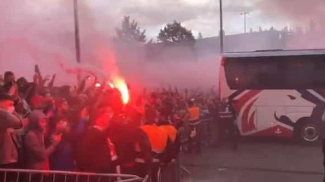Adeptos recebem autocarro do Lille em grande euforia