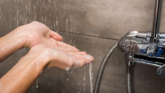 Toma banho todos os dias, até em teletrabalho? Talvez não seja necessário