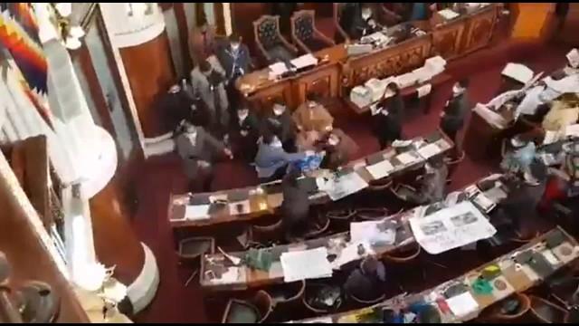 Dois deputados ao murro no parlamento da Bolívia
