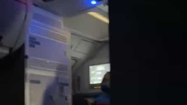 Passageiro exalta-se durante voo e avião é desviado