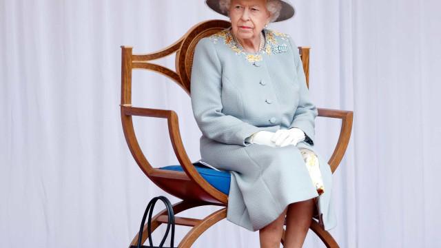 """Rainha """"chega ao limite"""" com Harry e faz mudança 'histórica' no palácio"""