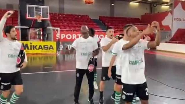 A festa dos jogadores do Sporting depois de conquistarem o título na Luz