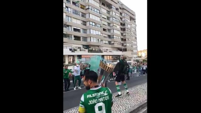 Jogadores de futsal do Sporting recebidos em festa no regresso a Alvalade