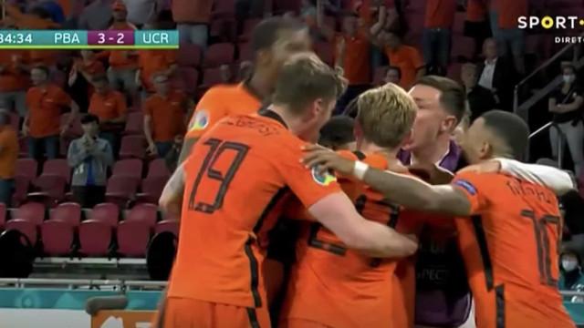 Golo de Dumfries perto dos fim deu os três pontos aos Países Baixos
