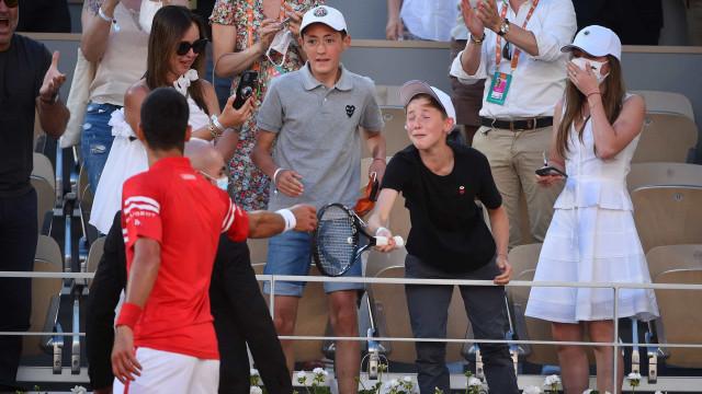 """Djokovic ofereceu raquete a pequeno adepto e no fim explicou: """"Gratidão"""""""