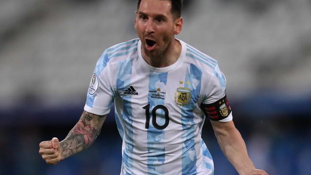 Messi supera Ronaldo e assina mais um registo histórico