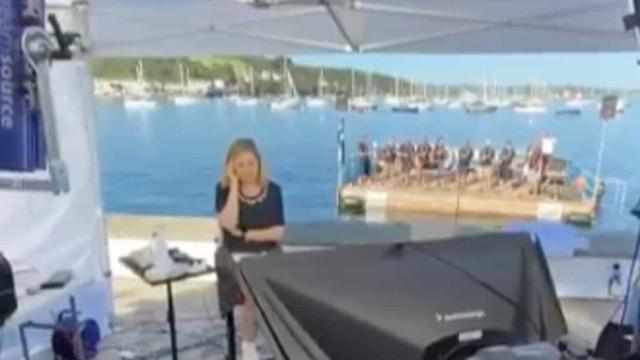 Pivô da CNN é interrompida por grupo a cantar a capella na Cornualha