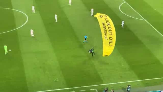 Insólito: Ativista invadiu a Allianz Arena de paraquedas