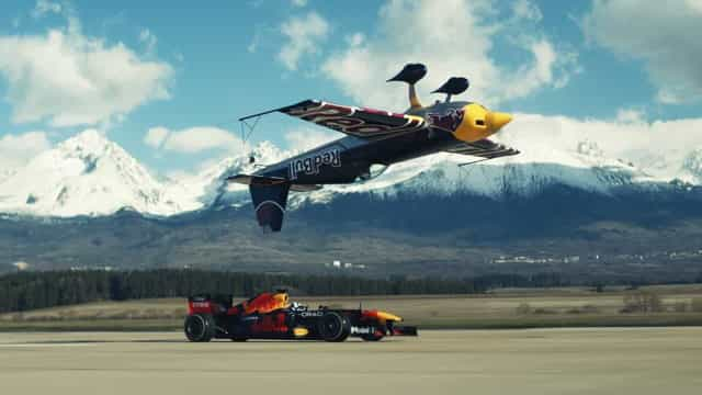 Um fórmula 1 contra um avião invertido? Sim, isto aconteceu mesmo