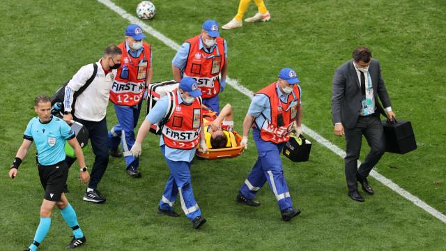 Susto no Euro'2020: Mário Fernandes sofre queda aparatosa e sai de maca