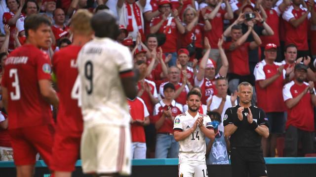 Dinamarca-Bélgica parou ao minuto 10 para homenagear Eriksen