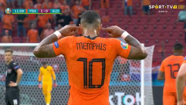 Memphis Depay adiantou os Países Baixos com este penálti aos 10 minutos