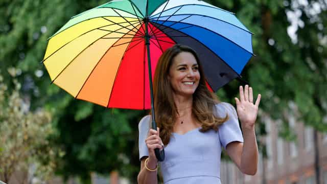 Kate Middleton anima dia cinzento com guarda-chuva colorido