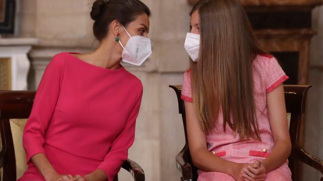 Rainha Letizia e infanta Sofía com visuais a combinar em evento