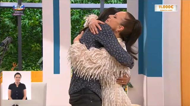 Carla Andrino e João Soares abraçam-se em memória de Maria João Abreu