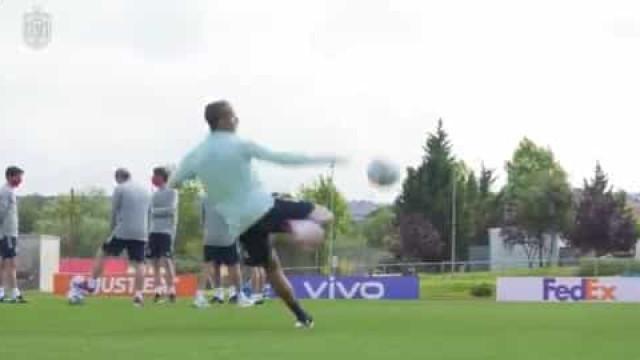 Paulo Sousa que se cuide. Thiago e Rodri dão 'show' no treino de Espanha