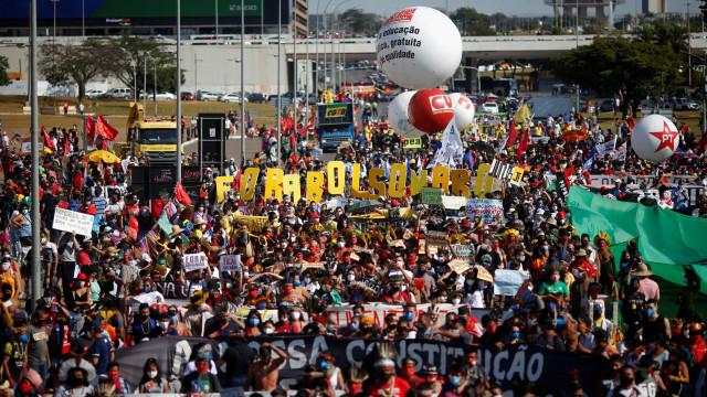 Milhares saem à rua em todo o Brasil pela destituição de Bolsonaro