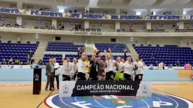 O momento em que o Sporting levanta a taça de campeão no Dragão Arena