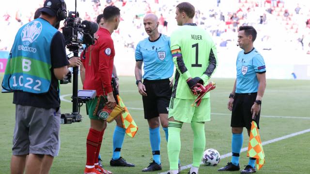 UEFA arquiva inquérito à braçadeira usada por Neuer contra Portugal
