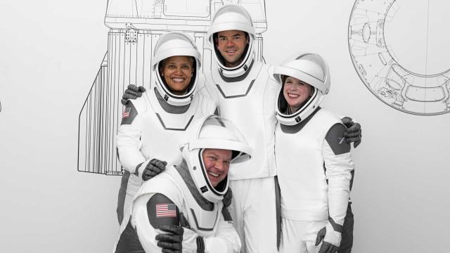 Primeiros turistas espaciais da SpaceX mostram fatos de astronauta